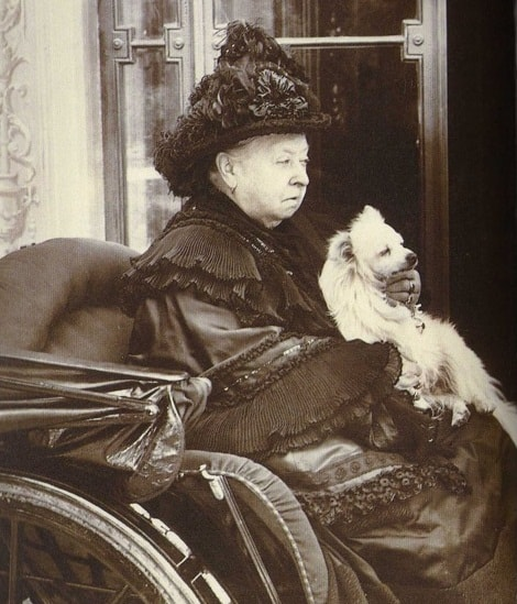Queen_Victoria_with_her_beloved_Turi